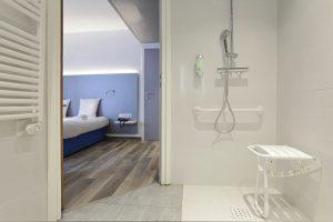 salle de bain douche adaptée