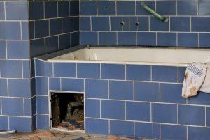 fuite d'eau sous baignoire